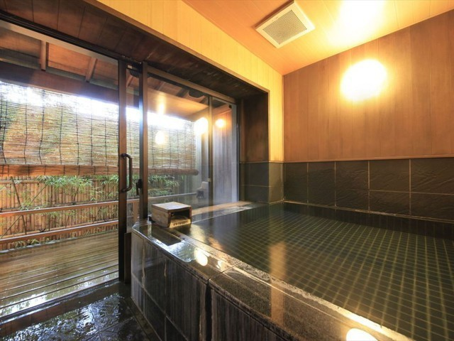 【露天風呂付客室】広々とした内湯は、家族風呂に最適です