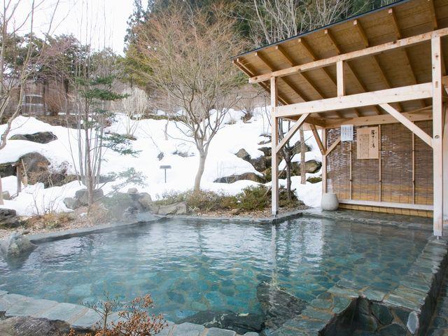 【露天 簾下りの湯・冬】男性用露天風呂。開放感と野趣あふれる露天風呂です。