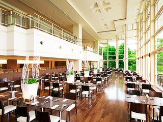 夕食会場のラウンジレストラン「ラ・セレース」 前面がガラス張りの吹き抜けで開放感のあるレストラン
