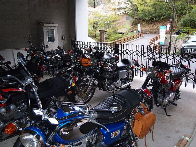 門扉付の屋根付き駐車場でセキュリティーも万全!