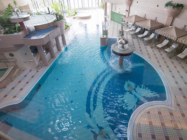 水着で遊ぶ温泉ワールド「クアハウス&プールCs」