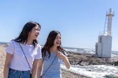 海辺で笑う二人