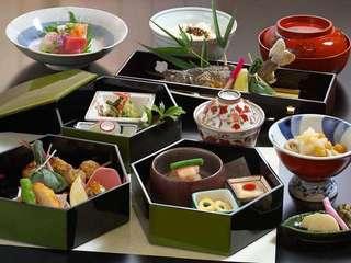 【本館夕食/四季御膳】お刺身など小鉢が付いてグレードアップしたお料理をご用意