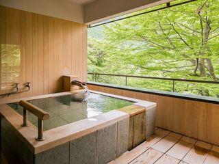 【佳松亭/五ツ星_コンセプト客室】緑と光が美しい露天風呂。ゆっくりとご入浴をお楽しみください。※一例