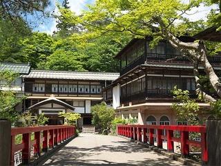 【本館外観】日本最古の湯宿建築でもある積善館本館。