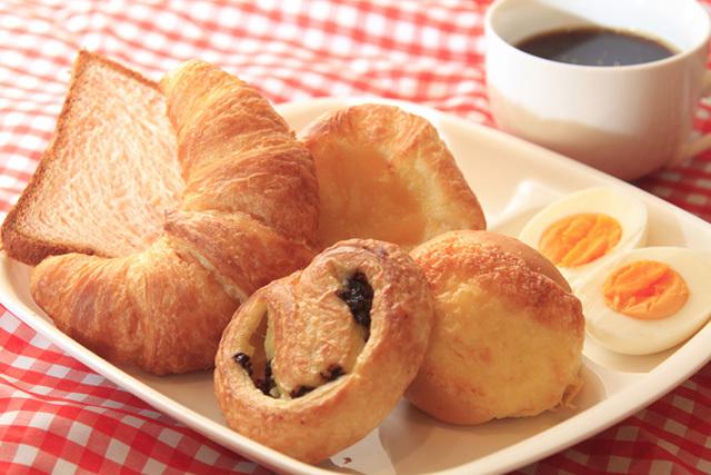 パン、ゆでたまご、コーヒーのご朝食