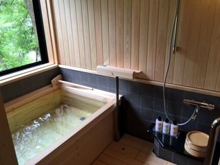 リニューアルした売夏亭は源泉掛け流し「国産檜の半露天風呂」付きです。