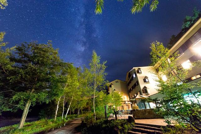 星空とホテル外観