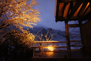 雪景色と温かな灯の離れの湯