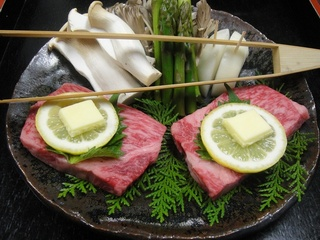 メインは贅沢に一枚肉のステーキをご用意