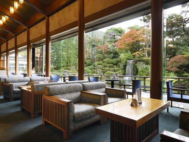 【ロビーラウンジ「エビアン」】日本庭園を眺めながらごゆっくりとお寛ぎください