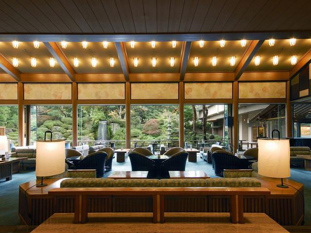 【ロビーラウンジ「エビアン」】まるで絵画の様な日本庭園が広がるロビーラウンジ