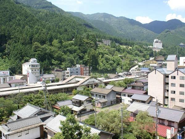 【飛泉閣7階和洋室(一例)】下呂駅まではすぐ側、下呂の山並もお楽しみください。