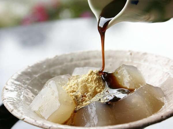 【ロビーラウンジ「エビアン」】食品添加物や保存剤・着色料を使用していない、もっちもちの『わらび餅』