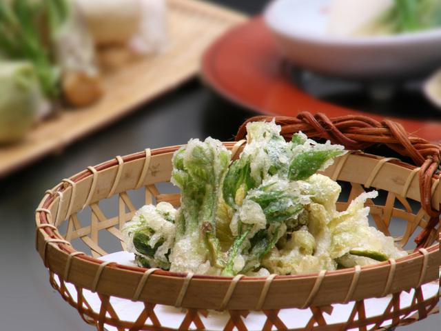 【料理茶屋「北乃寮」】春を感じる山菜の天婦羅(一例)