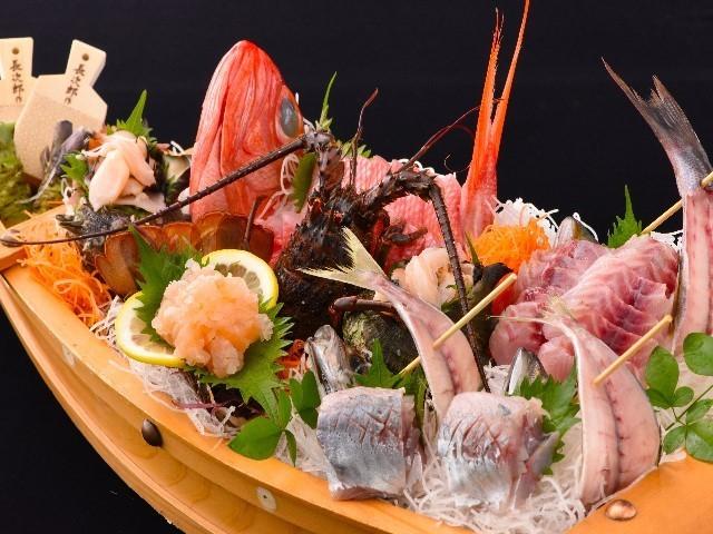 船盛り 金目鯛やサザエ・地魚をふんだんに盛り込んだ豪華な船盛りです