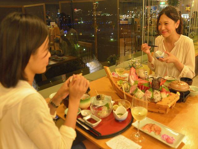 夕食はオーシャンビューのレストランで夜景を見ながら(^.^)※写真はイメージです。