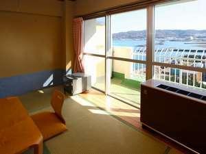 ビーチビュー和洋室。和室側から見た風景。冬場は暖かい日が注ぎます。