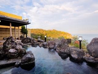 【露天風呂】四季折々の景観をお楽しみください。