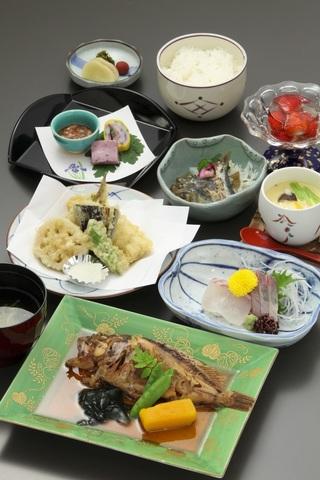 【夕食は人気の和食膳】美観地区中心にあるお食事処鶴形でご夕食♪(夕朝食付)