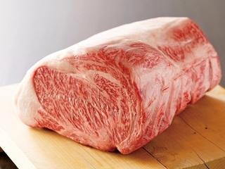 究極の牛肉とも言われる「高森和牛」。細やかな霜を降らせる極上の脂が口のなかでとろけます。