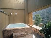 [貴賓室]專用露天浴池。星空也能享受來自最上層的眺望和私人的溫泉,夜。