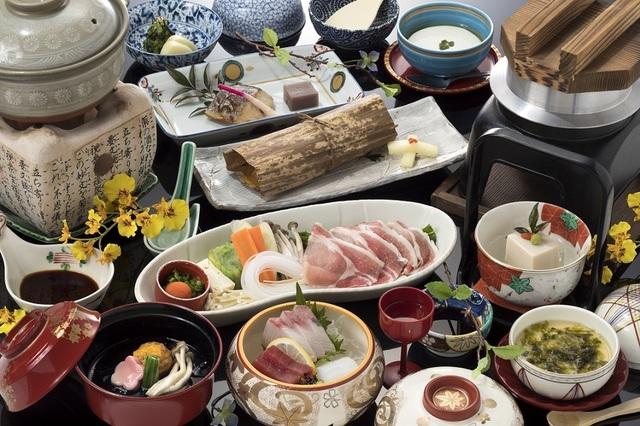 調理長おまかせ会席一例。12品前後の和の料理が並びます。