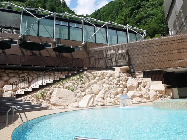 在阿苏和日田之间使用某一个杖立的名泉的天然水的游泳池