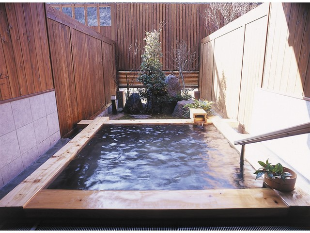 貸切風呂一例。個室の露天風呂で夜空をみながら、ゆったりと