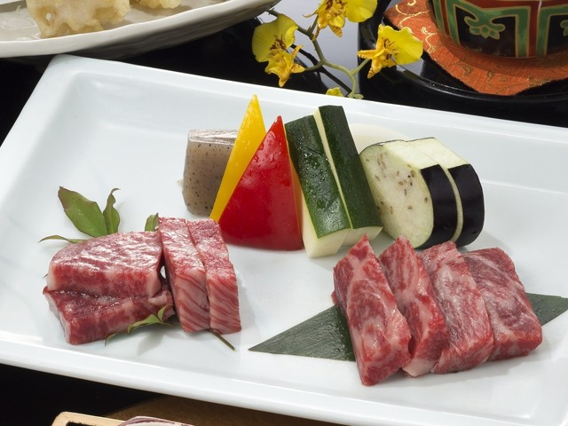 Competition for taste of meat♪