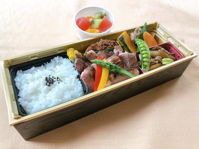 【お弁当プラン】ステーキ&あか牛ハンバーグ&すき焼きの3種のお肉がメイン!