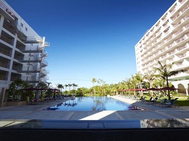 海を望む開放的なホテルマハイナウェルネスリゾートオキナワの眺望